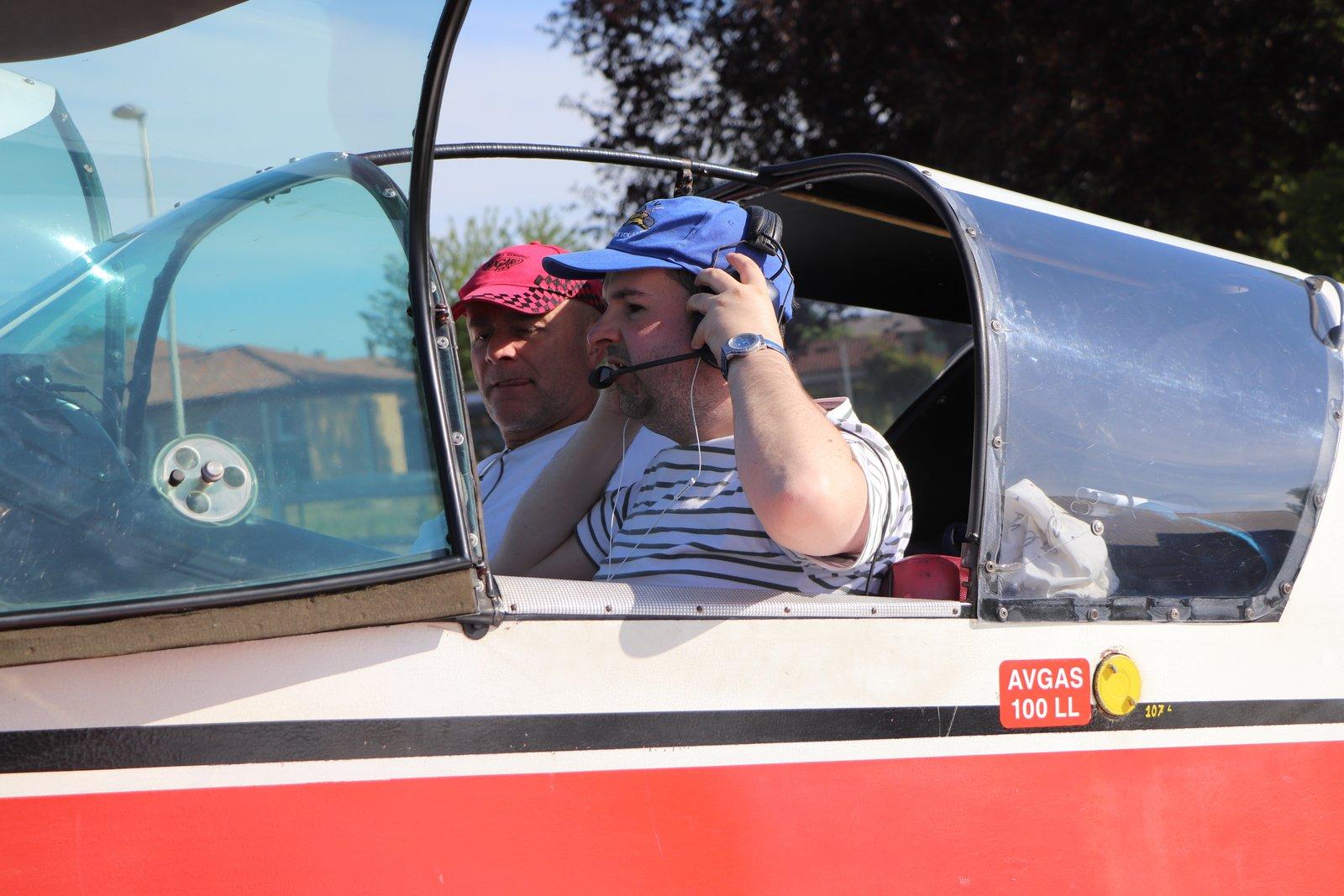 Un Miraud volant en train de mettre son casque et son instructeur dans le cockpit avant le décollage à Nogaro