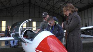 JP guide un jeune dans l'exploration du cockpit du planeur