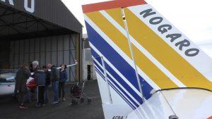 queue d'un avion devant le hangar de Nogaro