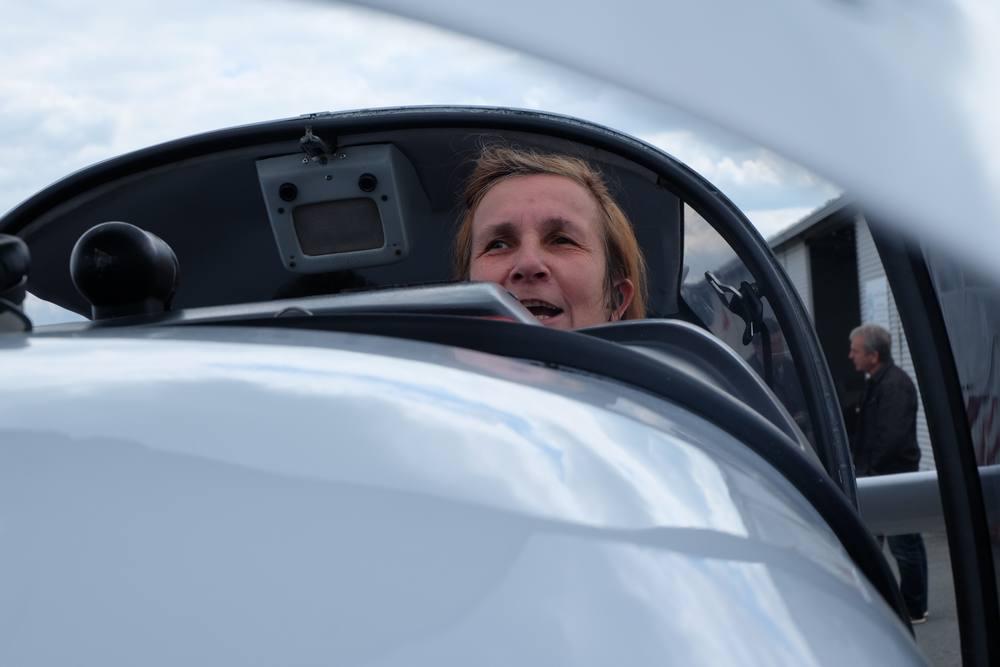 Chantal tout sourire dans le DR400 à Limoges
