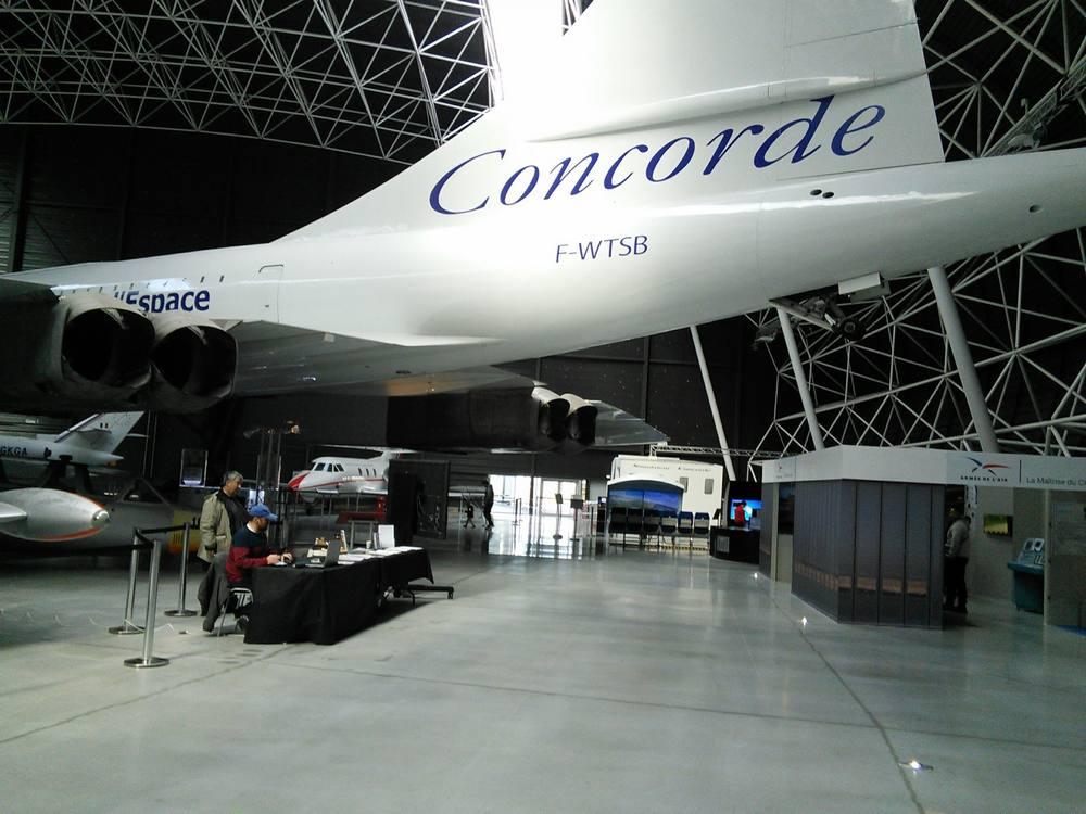 stand des Mirauds volant sous le concorde à Aéroscopia