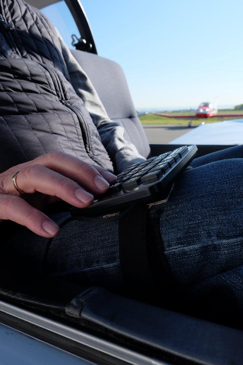 Main sur le clavier du soundflyer, fixée sur la jambe d'un Mirauds paré au décollage