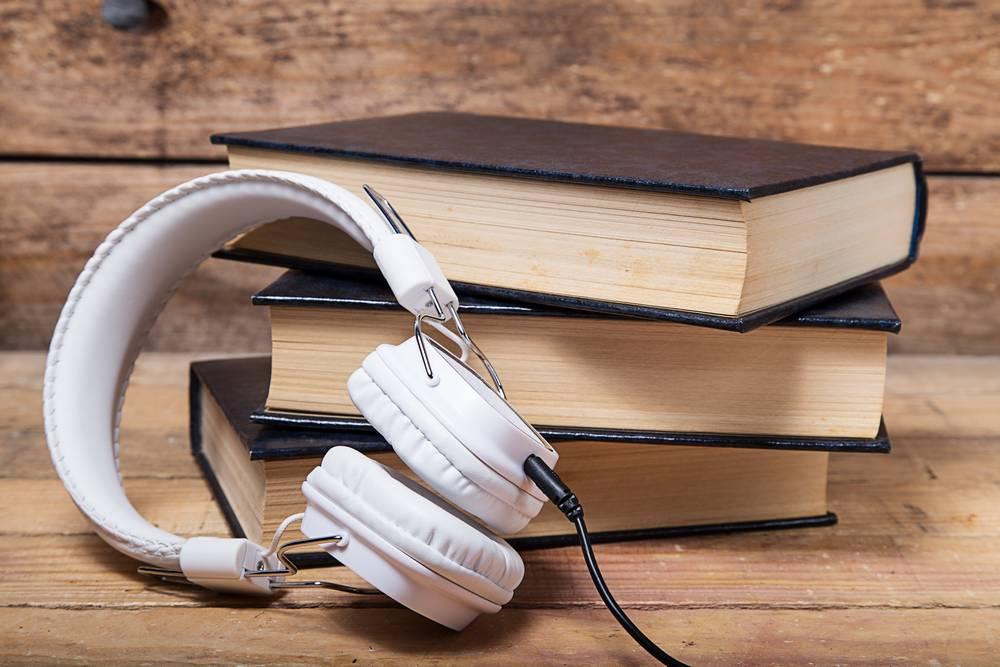 Casque audio posé sur des livres
