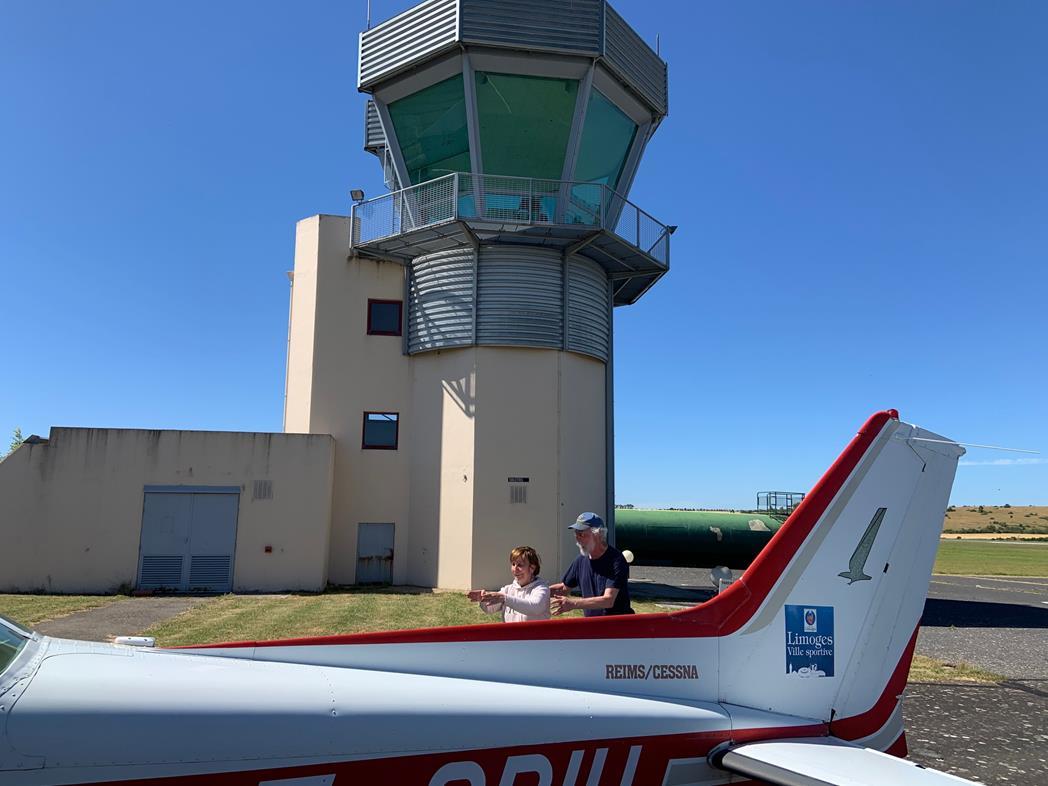 Au pied de la tour de Millau, nos pilotes partagent la joie d'un départ imminent à bord du Cessna 172 qui les attend au premier plan