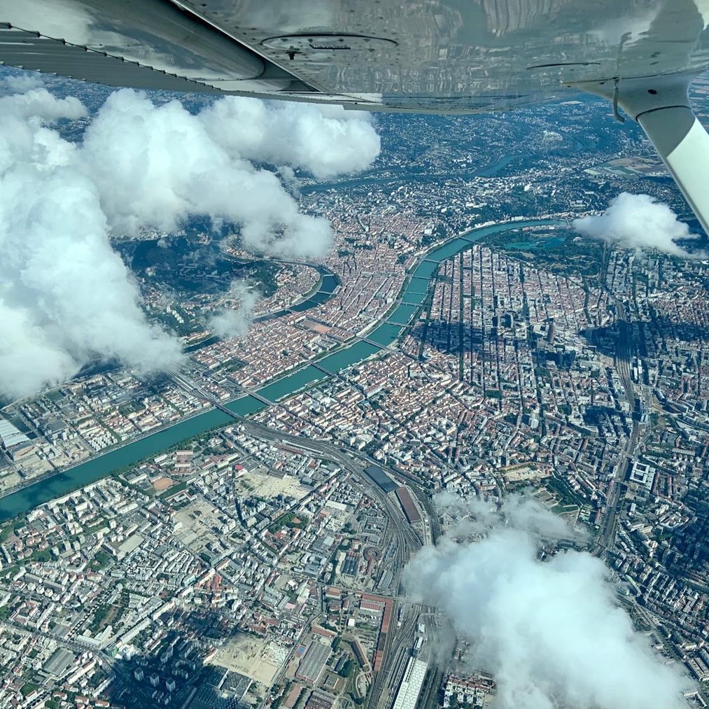 Un périple de cette ampleur, c'est aussi visiter des villes depuis le ciel: ici les toits et les multiples ponts de Lyon