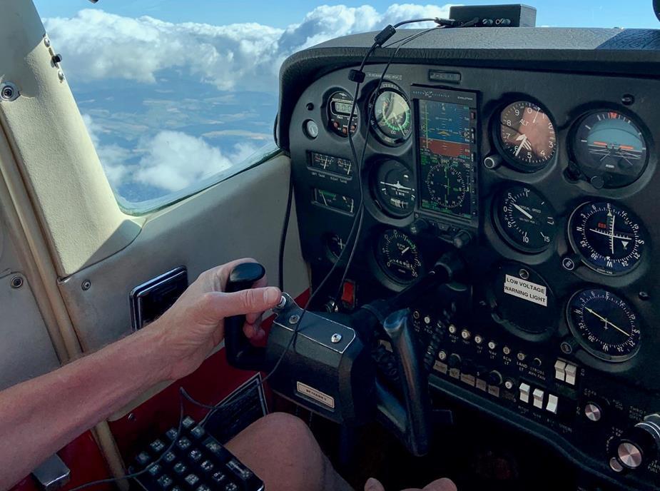 Aperçu du boitier secondaire Sound Flyer qui est l'outil de pilotage des Mirauds Volants. Un casque audio relie le pilote à un petit boitier placé sur le tableau de bord