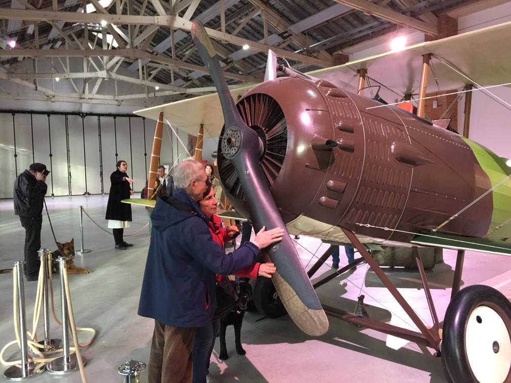 Nos adhérents sont en train de parcourir des mains les hélices de l'avion postal de la grande salle semblable à un hangar