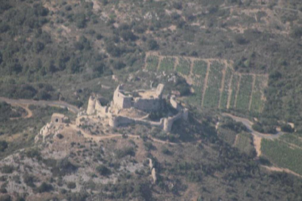 Survol, au coeur de la vallée, de ruines solitaires jouxtant des étendues de vignes