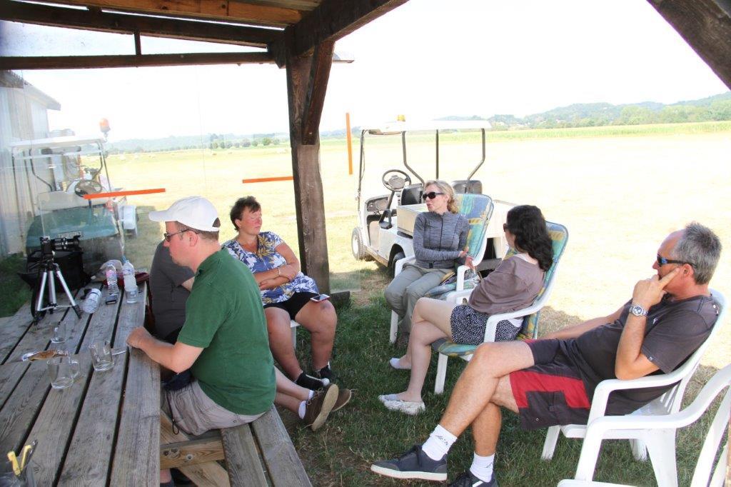 Une partie de l'activité se déroule au sol: en plein été, sous le haut-vent, le groupe, assis en cercle, y prend les repas mais y discute aussi apprentissage