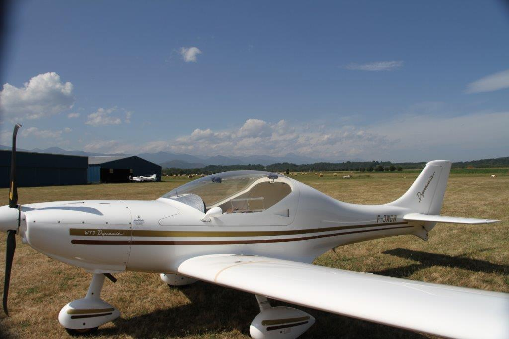 Gros plan sur l'ULM qui assure le remorquage des planeurs pour leur mise en l'air