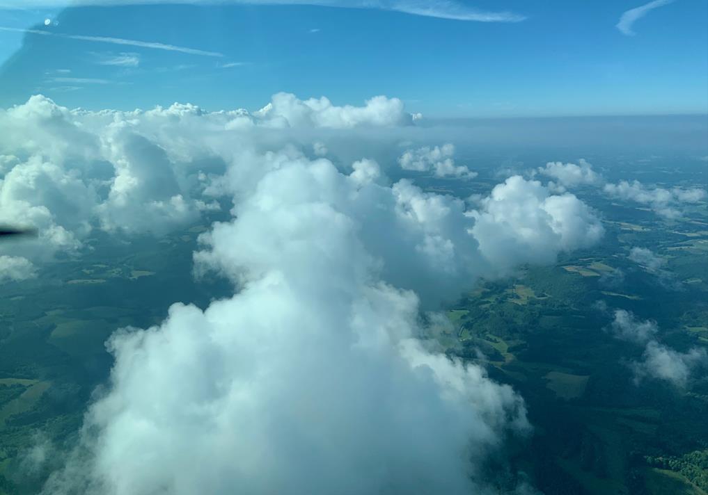 Les cumulus congestus recouvrent pratiquement entièrement le plateau d'Ussel. Depuis l'avion, une partie de l'horizon est recouverte par ces nuages blancs : on aperçoit les terres et un ciel bleu derrière
