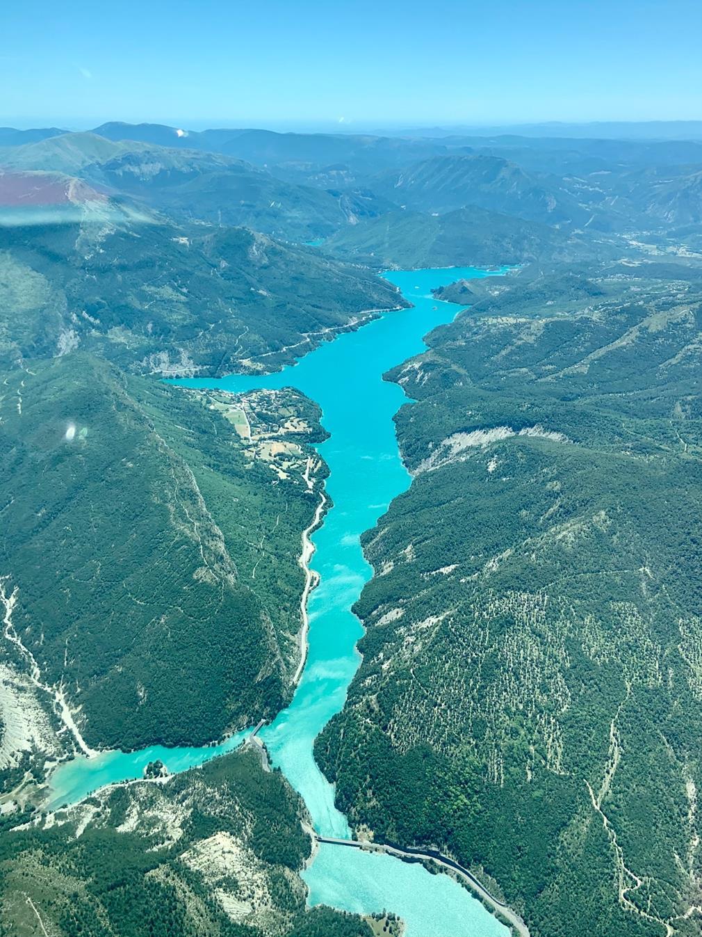 Le lac de Castellane: au milieu des monts recouverts de verdure, le lac serpente entre les roches, tout en longueur et étroitesse, comme une rivière. Son eau est d'un surprenant bleu turquoise.